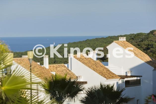 Large vista mar tejado