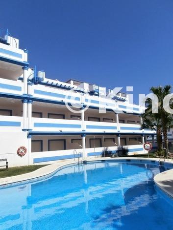 Large piscina y edificios