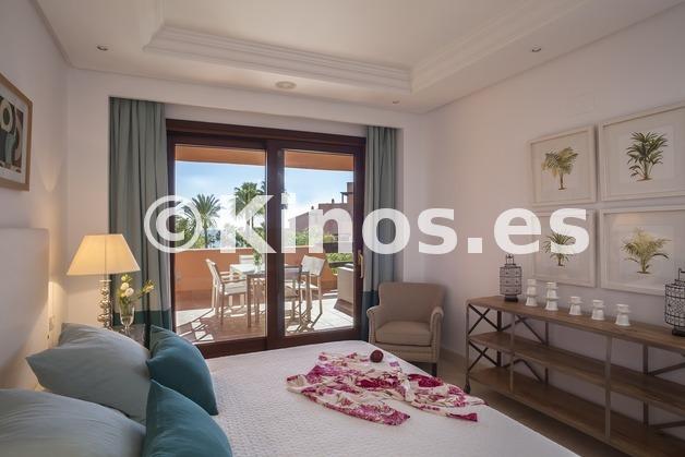 Large piso estepona dormitorio1 kinosgroup