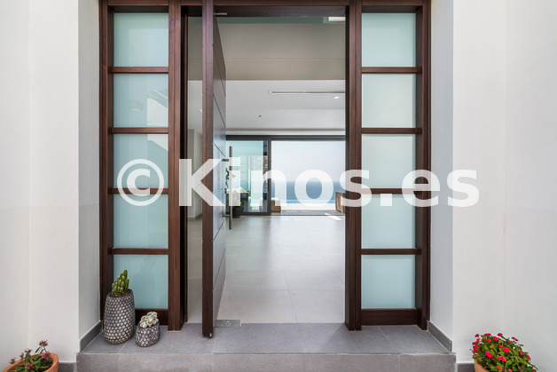 Large_entrance_door